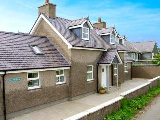 LLAIN BIG COTTAGE, detached cottage, wet room, enclosed patio, walks and cycle r