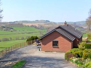 VRONGOCH COTTAGE, pet-friendly, hot tub, gym, country views, woodburner Llanbister Ref 22074