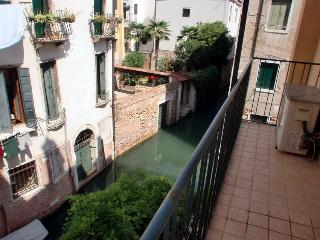 Apartment in Venice Ca' del Principe, located in centre, spacious and with a canal view, Venise