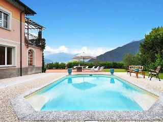 Luxury lakeside villa with pool for up to 16people, Pianello del Lario