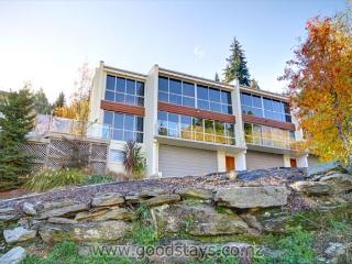 Contemporary, spacious apartment with spa deck overlooking Queenstown Bay