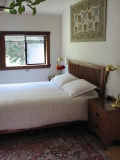 comfortable queen bed with memory foam topper and nice linens