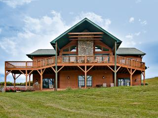 SPECIAL OFFER-Pet-Friendly 4BR Waynesville Family Cabin w/Hot Tub & Great Views