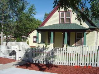 Victorian Jewel Downtown+Garage with mountain views - LOW MONTHLY RATES, Colorado Springs