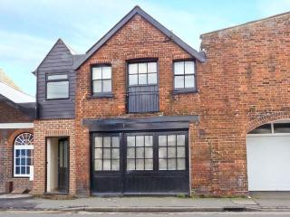 THE OLD FORGE, character cottage, en-suite bedroom, Juliet balcony, open plan living area, close to harbour, in Rye, Ref 22418