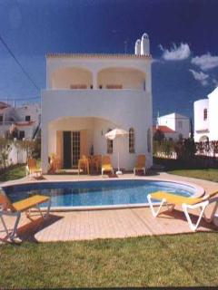 3 bdr villa w/ large pool at 1km from Coelha beach