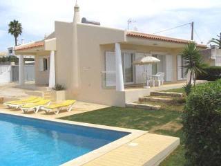 Lovely 2bdr Air Cond villa 800m from Castelo beach