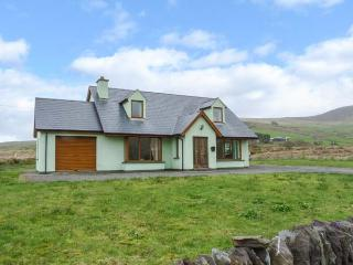 FINGLAS HOUSE, contemporary detached cottage, surrounded by countryside, en-suite bedrooms, open fire, in Waterville, Ref 14211