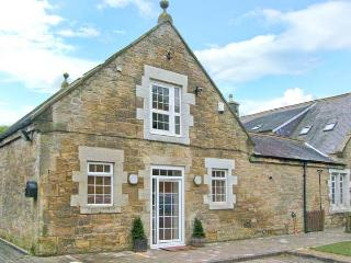 HORSLEY BANKS FARM COTTAGE, en-suite, courtyard, close pub and