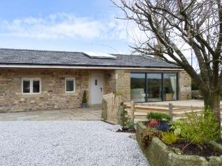 STONE MOUSE COTTAGE, single-storey, king-size beds, woodburning stove in, Clitheroe