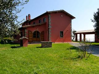 This fabulous villa is located in the heart of Tuscany. It is very ample and sle