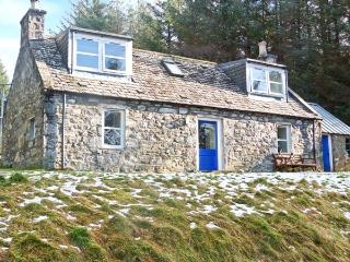 MYRTLE COTTAGE, mountain views, woodburner, off road parking, garden, in Tominto