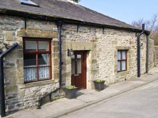 WATERSHED COTTAGE, end-terrace, stone-built, garden, pet-friendly, in Settle