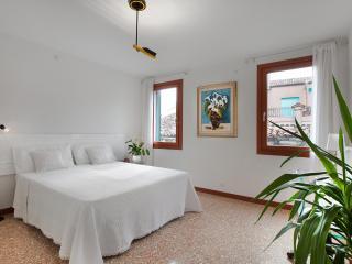 Ca Sole Apartment, near Casinò, Jewish Ghetto, train station, 12/15 minutes walk to Rialto and 15/18 minutes to San Marco