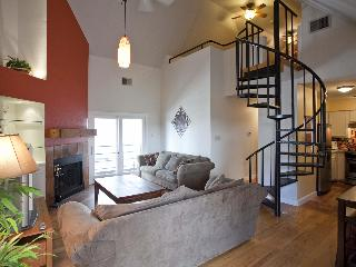 Great location sleeps 8! 2 blks to Conv Ctr & 6th