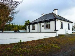 PINE TREE LODGE, single-storey, garden, open fire, ideal touring base, in Kiltimagh Ref 13760