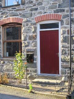 TY KILMORE, pet-friendly, multi-fuel stove, enclosed courtyard, in Cemmaes, Ref