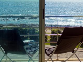 Beach front apartment w/ superb sea view near Porto