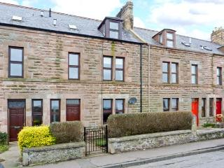 ROSELEA, open fire, games room, courtyard garden with decked area, in Eyemouth,