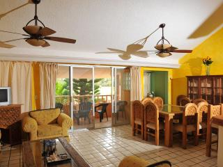 Beautiful Mexican Style Condo near the beach, Cancun