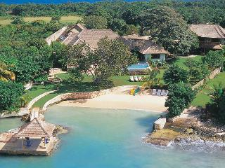 Private Beach, Chef & Butler, Ideal for Couples & Families, Private Pool & Tennis Court, Discovery Bay