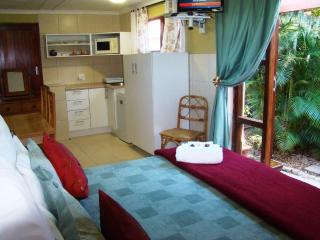Bungalow: large bedroom with equipped kitchenette