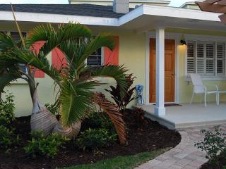 Happy Heron: 1BR Perfect Getaway, Block from Beach, Holmes Beach