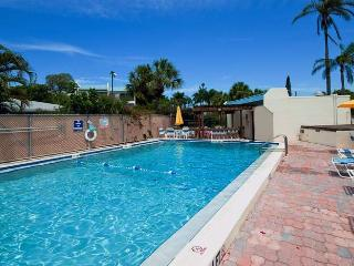 Sun Plaza West: 2BR Condo w/Tennis Courts near Beach, Holmes Beach