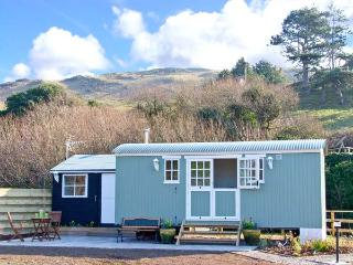 THE SHEPHERD'S HUT, unique romantic retreat, woodburners, lawned garden, in Aber