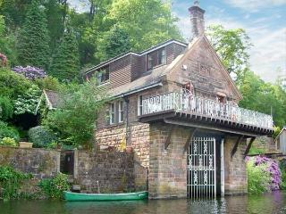 HORTON LODGE BOATHOUSE, unique lakeside pet-friendly cottage by Rudyard Ref 23174