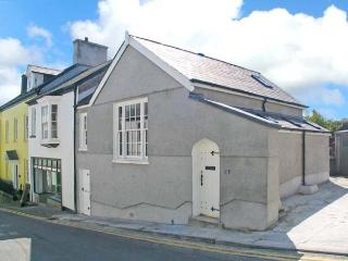 MERLIN'S HOUSE, superb character cottage, pet-friendly, town centre location, in Llandeilo, Ref 16372