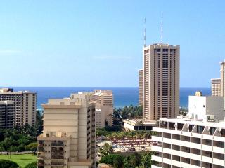 Large luxury ocean view condo by Wyndham resorts!, Honolulu