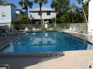 AMI Island Living -Walk to Beach-Ground Level Unit, Bradenton Beach