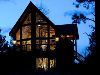 Beautiful Cabin with 100 Feet of Flathead Lake, NEW Theater Room, and WiFi!, Rollins