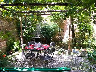 Rome with a Garden! Delightful 1 Bedroom Apartment with Private Garden in Historic Trastevere, Roma