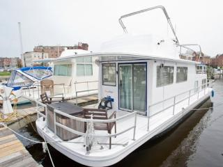 Houseboat Draco: Budget Friendly On Water Rental Near Inner Harbor!, Baltimore