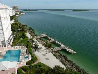 Top floor beachfront condo with stunning ocean views, heated pool and hot tub, Isla Marco