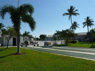 Ideally located condo w/ heated pool & short walk to beach and restaurants, Isla Marco