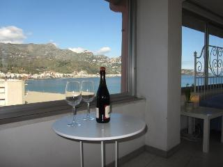 Beachfront superior 1-bedroom apartment Best views, Giardini-Naxos