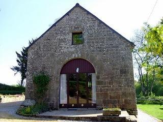 Detached Family converted Granary with lake views and heated pool, location de vacances à Cleguerec