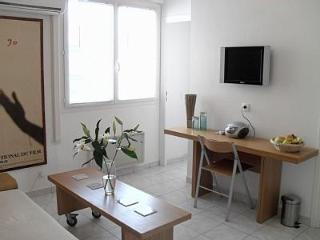 Sunny One Bedroom Apartment in Central Cannes. 4 mins walk from the beach.