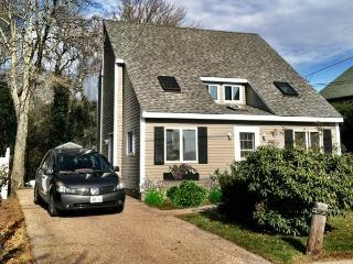 Beach Cottage Beautiful. Walk to private beach., Narragansett