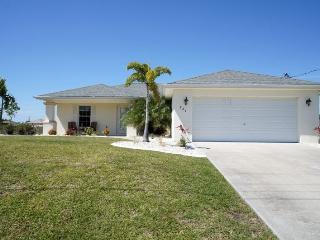 Villa Marr - Cape Coral 3b/2ba home w/solar heated pool, Fresh Water Canal, HSW Internet,