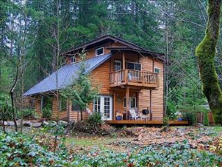 Vintage mountain lodge w/ dog-friendly attitude & three decks!, Welches