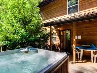 Vintage mountain lodge w/ dog-friendly attitude, private hot tub & three decks!, Welches