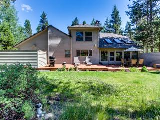 Cozy, dog-friendly home w/ private hot tub, entertainment, near golf & ski!, Sunriver