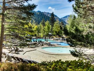 Cozy condo with ski-in/out access, shared outdoor pool, hot tub, and much more!, Olympic Valley