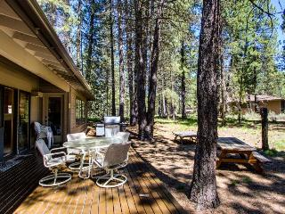 Sunriver retreat w/private hot tub, outdoor space plus SHARC passes - dogs OK!