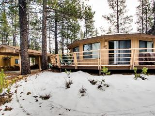 Gorgeous, unique home w/private hot tub, SHARC passes & more!