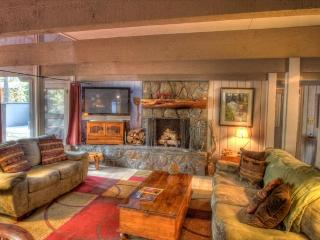 Spacious mountain cabin w/ private hot tub & SHARC passes - dogs ok!, Sunriver